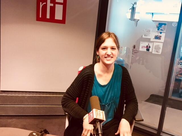 La romancière française Julie Ewa en studio à RFI (février 2019).