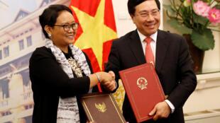 Ngoại trưởng Việt Nam Phạm Bình Minh (P) và đồng nhiệm Indonesia Retno Marsudi, sau lễ ký văn kiện hợp tác, tại Hà Nội ngày 17/04/2018.