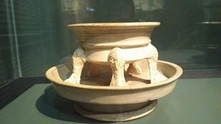 """Pebetero de la Disnastía Tang (618-907). Cerámica con decorado """"tres colores"""". París, museo Cernuschi."""