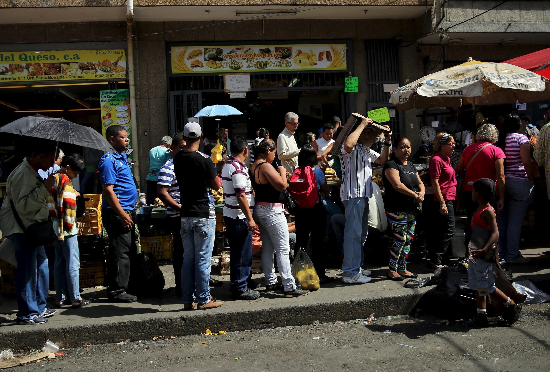 Los venezolanos se han tenido que acostumbrar a hacer largas colas para comprar alimentos y medicinas.