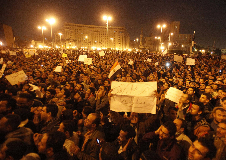 Egito vive mais uma noite de tensão, um dia depois que o presidente Hosni Mubarack faz novas promessas à população.