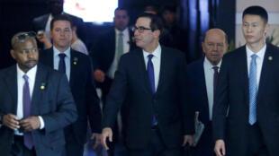 Phái đoàn đàm phán thương mại Mỹ gồm bộ trưởng Tài chính Steven Mnuchin (G) và bộ trưởng thương mại Wilbur Ross (thứ 2 phải) rời Bắc Kinh ngày 04/05/2018.
