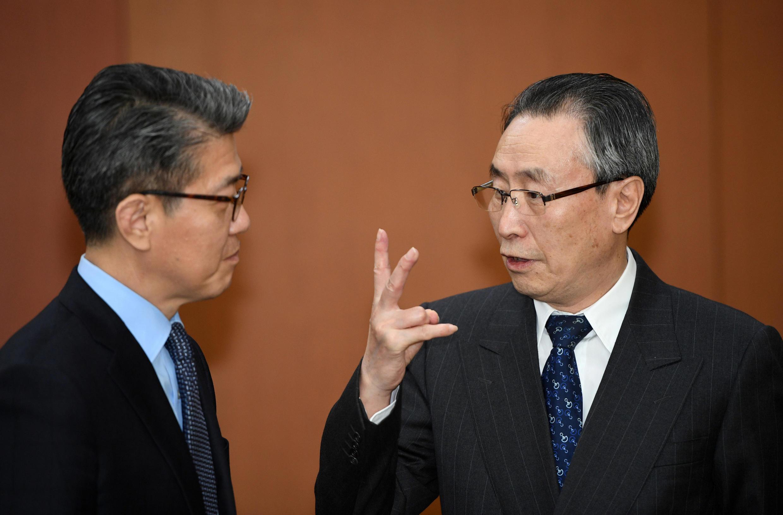 Đặc sứ Trung Quốc Vũ Đại Vĩ (phải) và đại diện Hàn Quốc Kim Hong Kyun tại Seoul, ngày 10/04/2017.