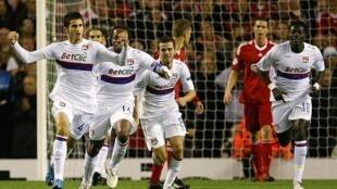 Maxime Gonalons et les Lyonnais vainqueurs à Liverpool.