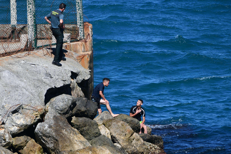 Dos migrantes hablan con la Guardia Civil española, el 17 de mayo de 2021 en Ceuta