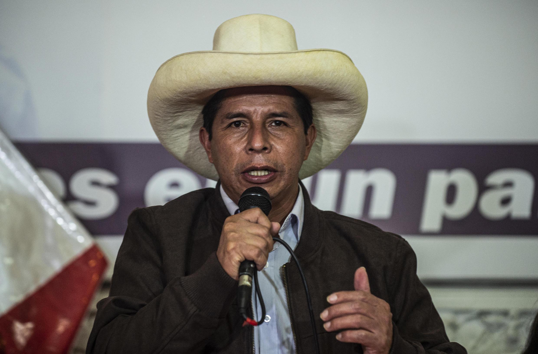 El candidato presidencial izquierdista Pedro Castillo habla con periodistas extranjeros en Lima el 15 de junio de 2021