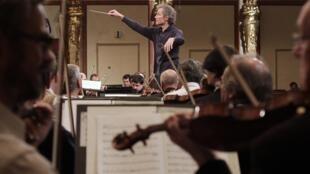 Franz Welser-Moest, chef d'orchestre du philharmonique de Vienne durant une répétition pour le traditionnel concert du Nouvel An, le 27 décembre 2012.