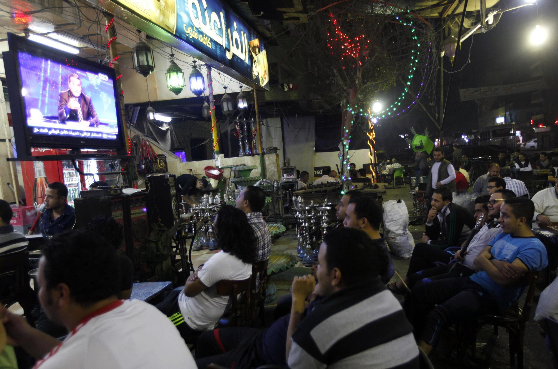 Des Cairotes regardent la première diffusion de la seconde saison de l'émission télévisée de Bassem Youssef, le 25 octobre 2013..
