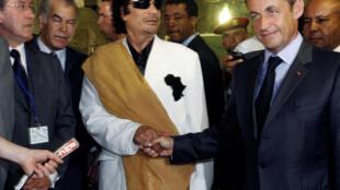 El ex presidente libio Muamar Gadafi junto al ex mandatario francés Nicolas Sarkozy en Trípoli, Libia, el 25 de julio de 2007.