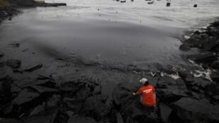 """中國""""黑潮""""。大連中石油油管爆炸導致1500噸石油瀉入大海"""