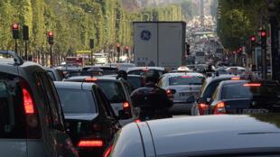 Trânsito congestionado na avenida Champs-Elysées, em Paris.
