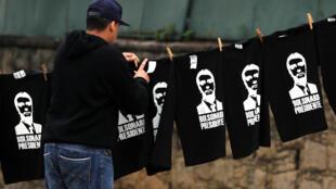 Um vendedor de camisetas com o rosto de Jair Bolsonaro no primeiro turno das eleições