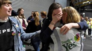 Активисты в Дублине после объявления данных экзит-полов, 26 мая 2018 г.