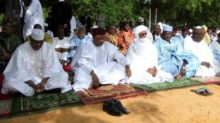 President Issoufou, his prime minister and head of the national assembly await the imam