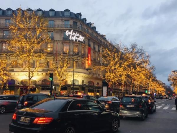 Vắng khách Trung Quốc, khu mua sắm hàng hiệu cao cấp Galerie Lafayette, Paris, cũng không còn sầm uất như trước đây !