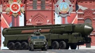 Tên lửa đạn đạo xuyên lục địa Nga Yars RS-24 tham gia duyệt binh, kỷ niệm 71 năm chiến thắng phát xít Đức, Matxcơva, 07/05/2016.
