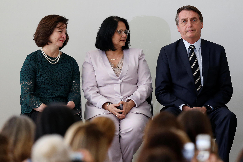 Damares Alves aux côtés du président Jair Bolsonaro lors d'une cérémonie consacrée aux droits des femmes au Brésil, le 8 mars 2019.