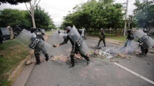 La police militaire démonte des barricades à Tegucigalpa, le 20 juin 2019.