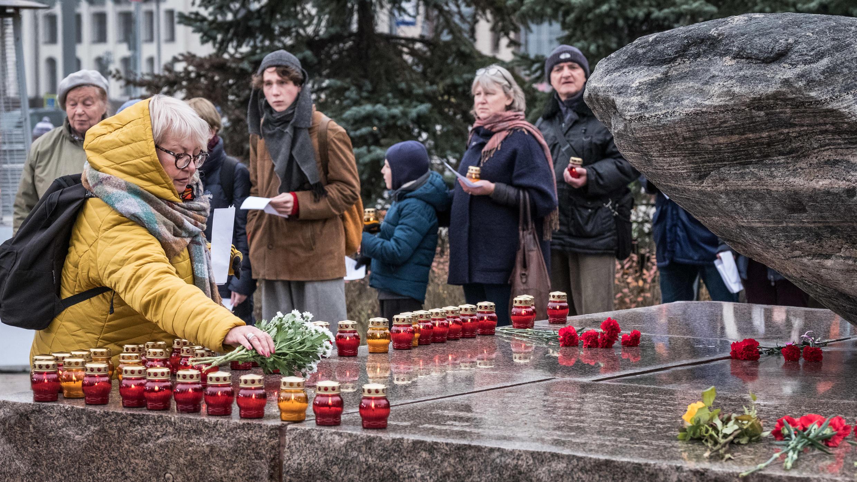 Người dân Matxcơva đặt hoa và nến trên Đá Solovetsky, trước trụ sở của FSB, Matxcơva, ngày 29/10/2017.
