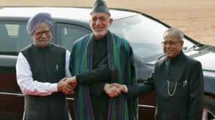 Tổng thống Afghanistan Hamid Karzai (giữa) được Tổng thống Ấn Độ Pranab Mukherjee (Phải) và Thủ tướng Manmohan Singh đón tiếp tại New Delhi ngafy 12/11/2012.