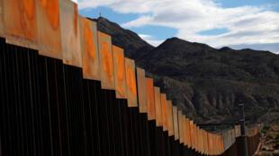 2016年11月美墨邊境新建起的隔離牆