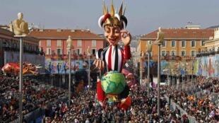 Le roi du carnaval de Nice traverse la foule lors du traditionnel défilé annuel.