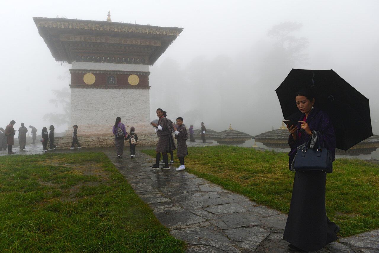 Les Bhoutanais sont attachés à leurs téléphones, et la 3G n'est plus au niveau à leurs yeux. Photo: le col Dochula, août 2018.