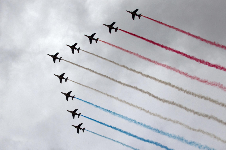 Les avions Alphajet de la Patrouille de France survolent les Champs-Elysées dans le cadre de la parade militaire de la fête nationale traditionnelle à Paris 14 juillet 2012.