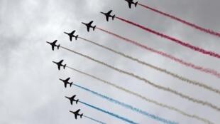 A Patrulha da França em imagem feita neste 14 de julho de 2012 sobre a avenida Champs Elysées.