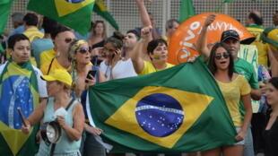 Người biểu tình ủng hộ phế truất tổng thống Dilma Rousseff trên đại lộ Paulista, Sao Paulo, Brazil, ngày 19/03/2016.