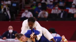 Clarisse Agbégnénou (en blanc) lors de sa demi-finale des -63 kg contre la Canadienne Catherine Beauchemin-Pinard aux Jeux de Tokyo, le 27 juillet 2021