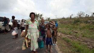 Жители Вануату, пострадавшие от циклона, переносят вещи в пригороде Порт-Вила, 15 марта 2015 г.