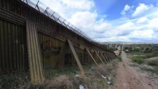 Imagem do muro de Nogales, que separa os Estados Unidos do México, construído para limitar a imigração ilegal