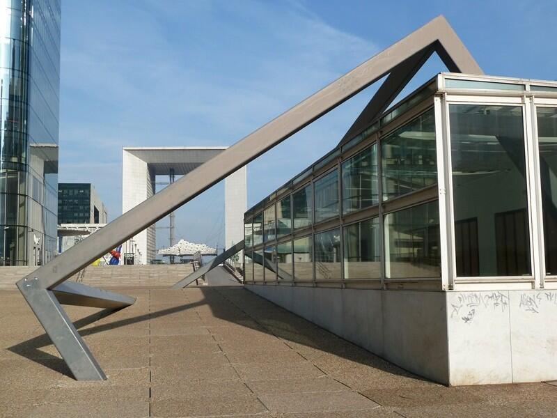 巴黎拉德芳斯廣場上名為《打穿》戶外大型藝術裝置,远处背景是大拱门。