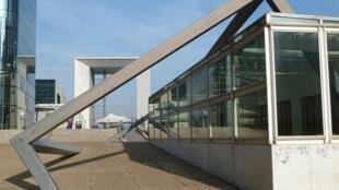 巴黎拉德芳斯廣場上名為《打穿》戶外大型藝術裝置,遠處背景是大拱門。