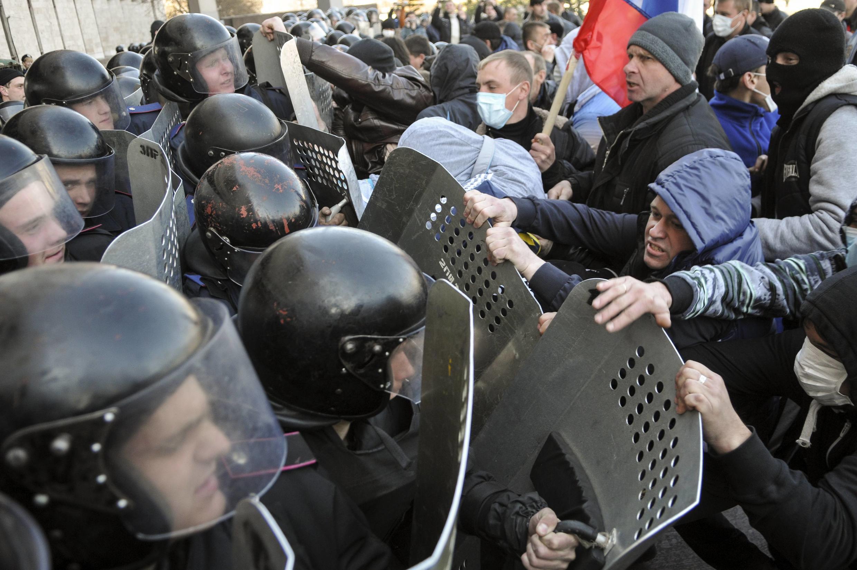 Makabiliano kati ya polisi na wanaharakati wanaounga mkono Urusi mjini Kiev, nchini Ukraine.