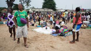 São-tomenses a festejar o Ano Novo na praia.