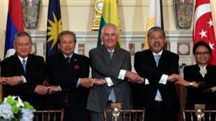 Ngoại trưởng Mỹ Rex Tillerson (G) chụp ảnh chung với các đồng nhiệm ASEAN, tại bộ Ngoại Giao Mỹ, Washington, ngày 04/05/2017