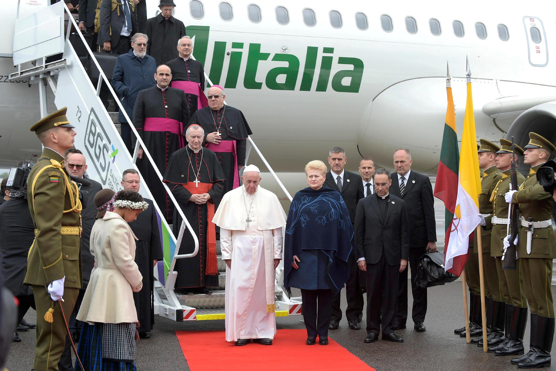 У трапа самолета в аэропорту Вильнюса папу римского Франциска встретила президент страны Даля Грибаускайте