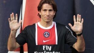 O jogador Maxwell, que assinou com o PSG nesta quinta-feira, veste a camisa do novo time, em Paris.