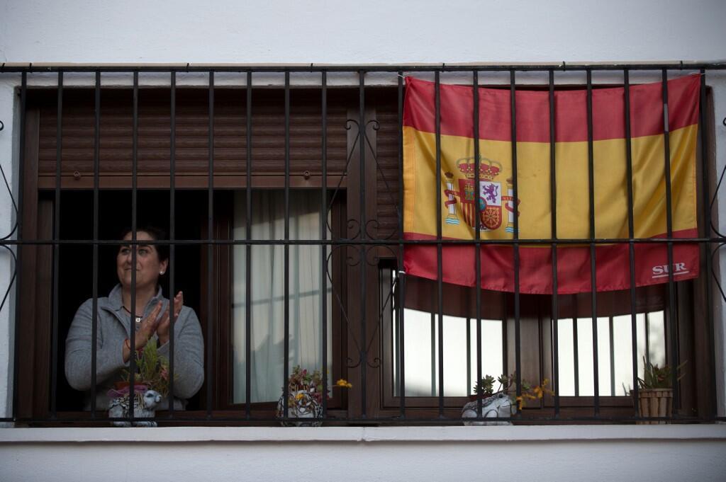 Жительница испанского города Ронда аплодирует врачам, 3 апреля 2020.