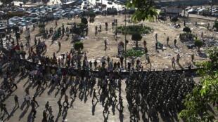 Des soldats de l'armée évacuent les derniers manifestans sur la place Tahrir ce lundi 1er août.