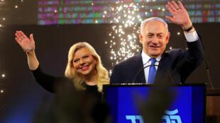 Benyamin Netanyahu, accompagné de son épouse Sara, après l'annonce des premiers résultats, au siège du Likoud, le 9 avril 2019.