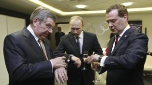 Le président du CIO Thomas Bach (gauche) en compagnie de Vladimir Poutine (centre) et Dimitri Medvedev, à Sotchi en février 2014.