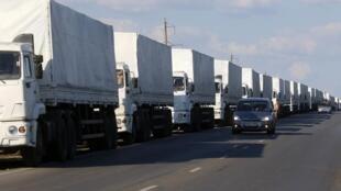 Comboio humanitário russo a caminho da cidade de Lugansk, no leste da Ucrânia, na manhã desta sexta-feira (22).