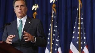 O pré-candidato republicano Mitt Romney faz campanha na Universidade de Chicago.