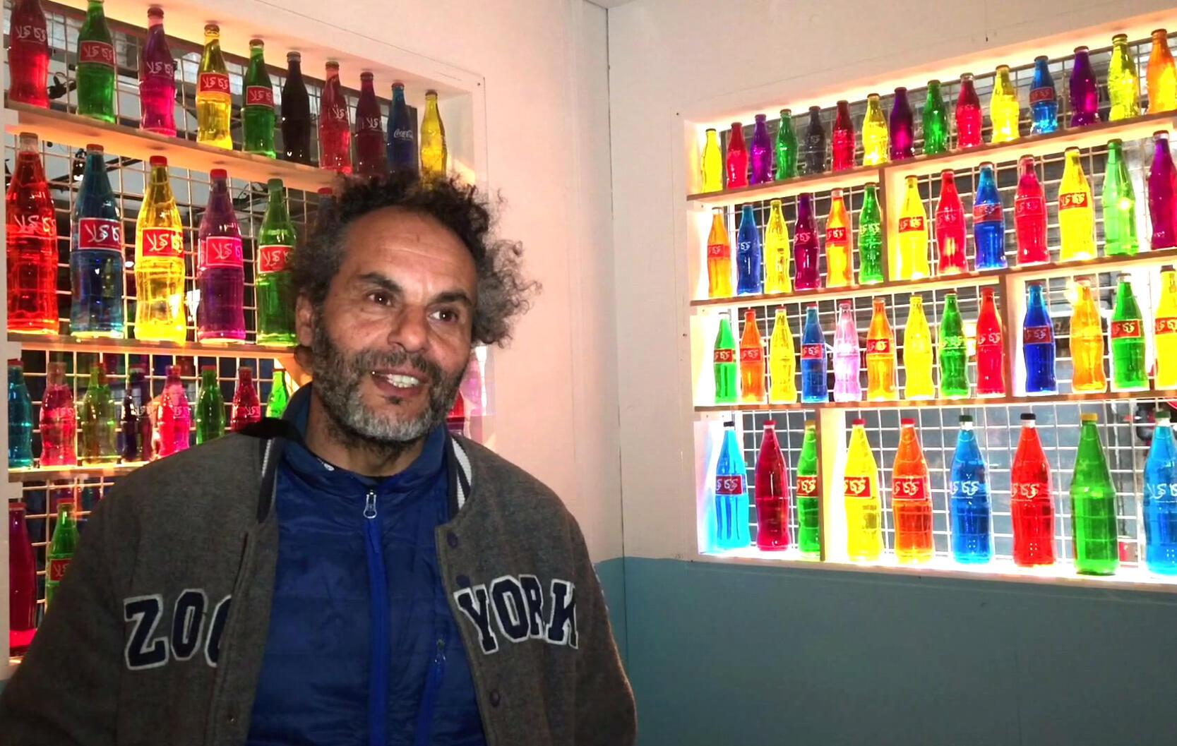 Hassan Hajjaj dans son « Salon » à l'« Hôtel Africa » dans l'exposition « Afriques Capitales. Vers le Cap de Bonne-Espérance ».