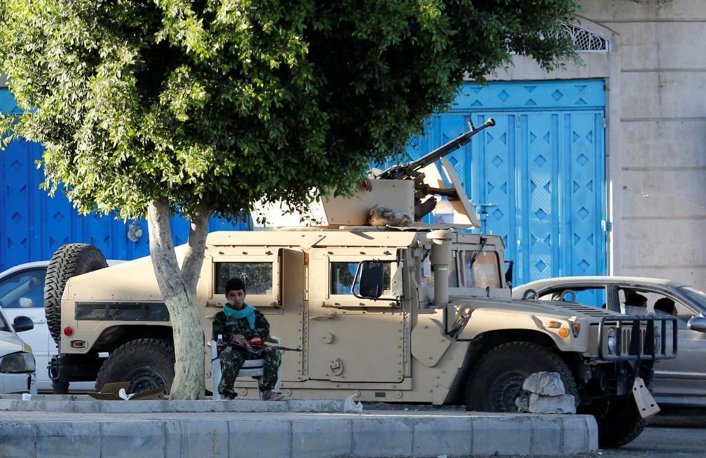 Combatente xiita na capital do Iêmen