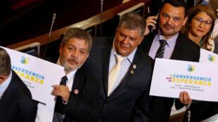 Luis Alberto Alban, Omar de Jesús Restrepo et Carlos Carreno, anciens membres de la guérilla des FARC, lors de leur entrée à la Chambre des députés, en juillet 2018, manifestent en faveur de la «convergence pour l'espoir».