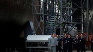 Lãnh đạo Bắc Triều Tiên Kim Jong Un đi thị sát xưởng sản xuất tầu ngầm ở một địa điểm được giữ bí mật. Ảnh do KCNA công bố ngày 23/07/2019.
